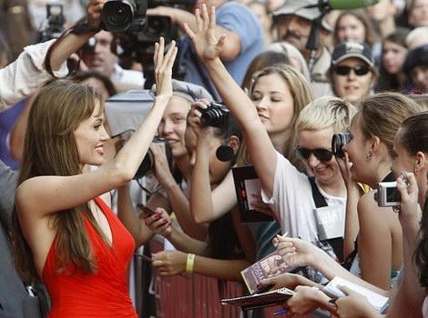 Анджелина Джоли и поклонники